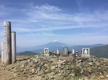 尊仏山荘前.JPG